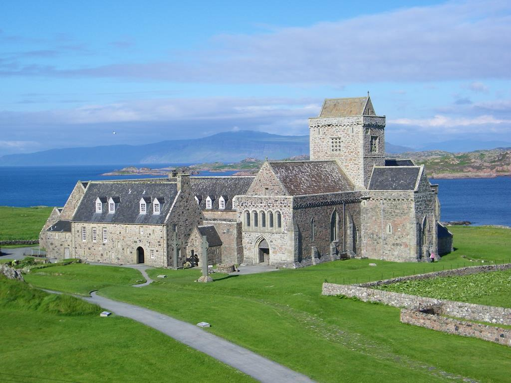 The-path-to-The-Iona-Abbey