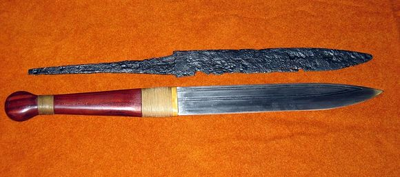 580px-Seax_with_replica